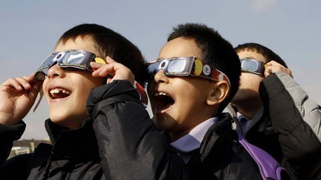 la fabrication de lunettes pour éclipse peut être un jeu d'enfant
